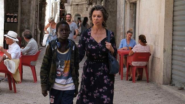 Актрисата в ролята на мадам Роза си партнира с Ибрахим Гуей, който играе сирачето Момо.