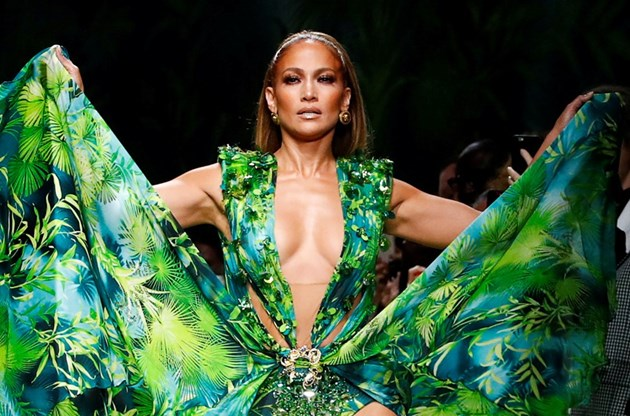 Джей Ло неустоима в рокля от джунглата на ревюто на Версаче в Милано (Снимки)