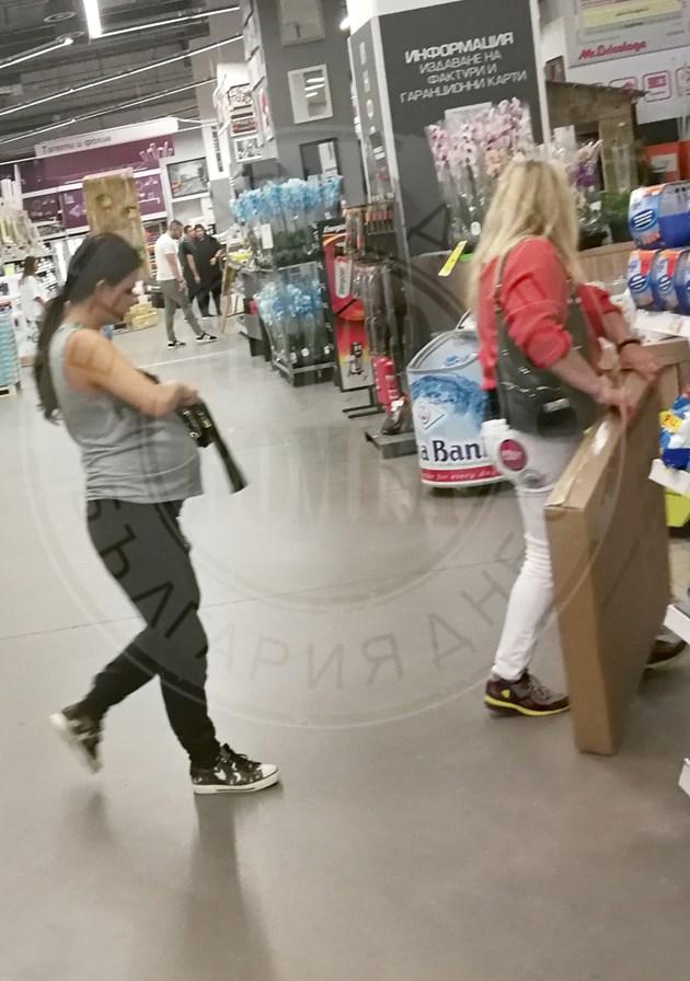 Деси Цонева в 9-ия месец с мама на пазар
