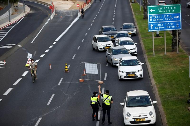 Полицаи в Израел правят проверки на пътя дали се спазва националната карантина.