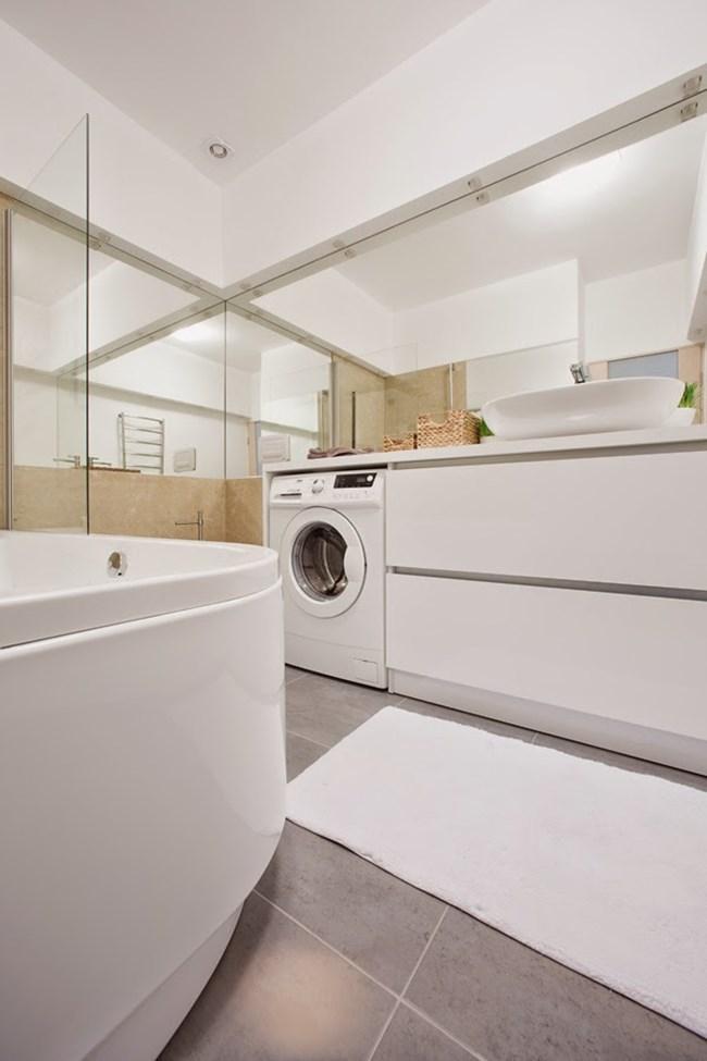 Огледалата създават интересни форми и отблясъци в банята
