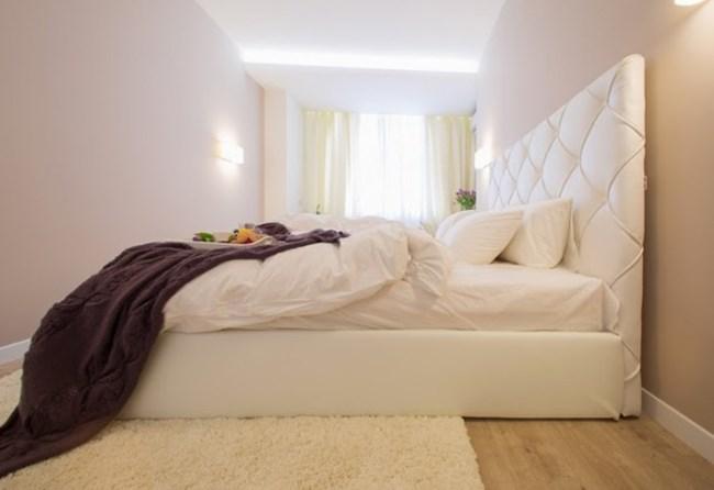 Спалнята е отделена с преграда от кухнята и е издържана в бяло