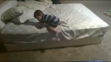 Ето как това бебе намери начин да слезе от леглото (видео)