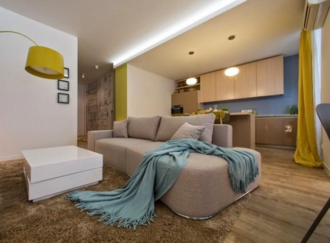 Пастелните тонове и подходящото осветление правят дневната зона и кухнята приятни и просторни Снимки kvartirastudia.ru
