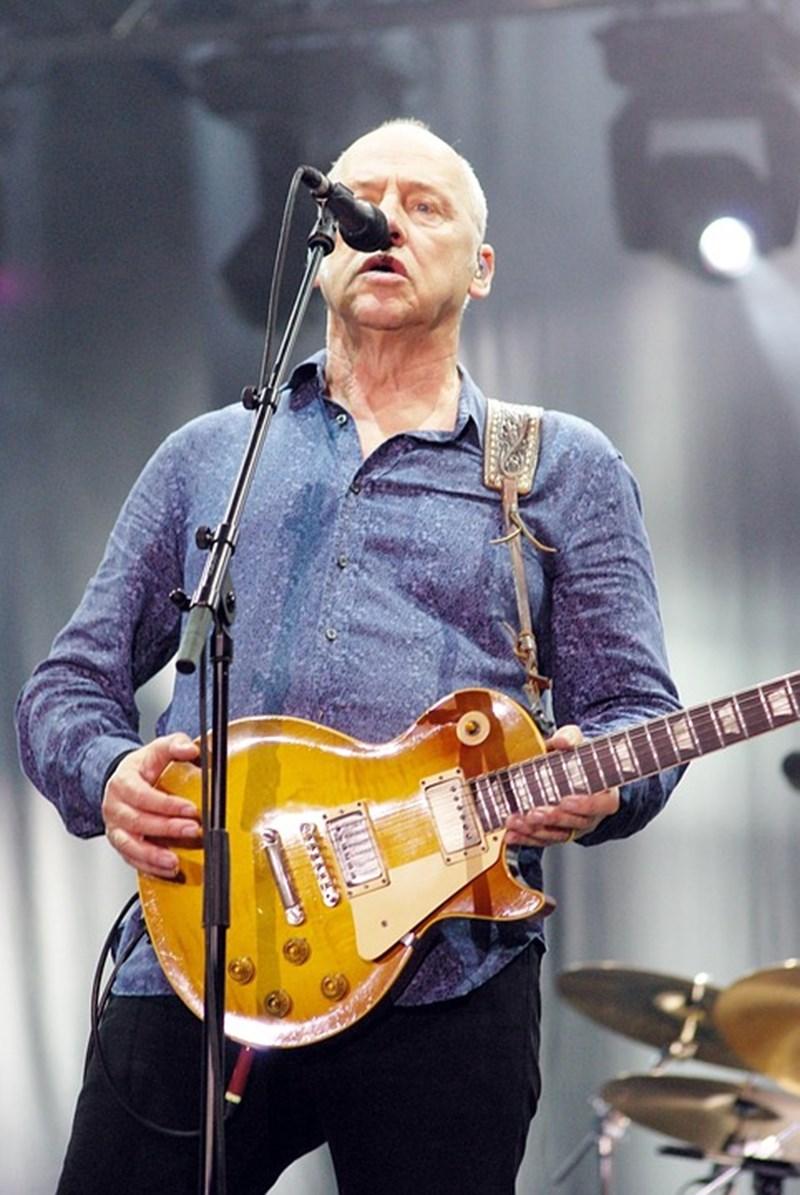 Китаристът Марк Нопфлър пее на концерт в Рим.