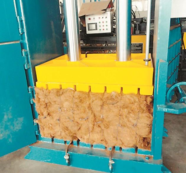 Вертикалната пакетираща машина работи с всякакъв вид насипен органичен материал