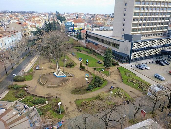 """Притесненията на противниците на паркинга са, че градинката на хотел """"България"""" в центъра на Бургас ще бъде унищожена."""