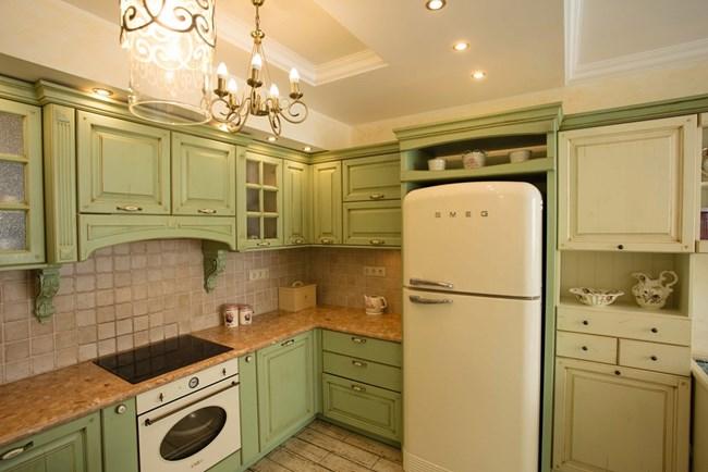 """Кухнята е изпълнена по поръчка от """"Класик"""", като за всеки уред е предвидено предварително място, дори за хладилника, умело вграден в общата композиция от мебели"""