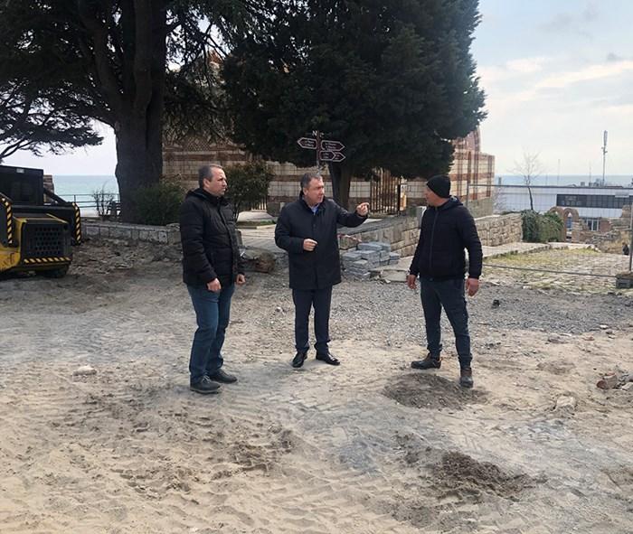 Кметът Николай Димитров проверя как върви смяната на уличната настилка в Стария град.