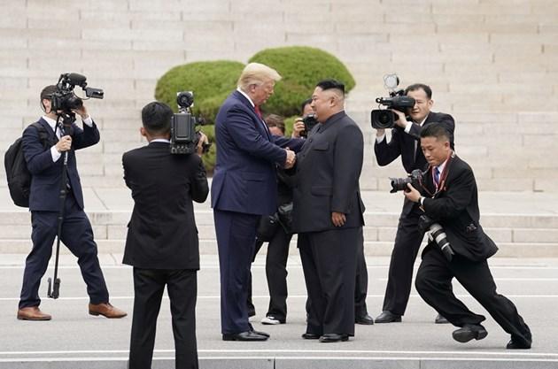 Ким Чен-ун и Доналд Тръмп се срещнаха в демилитаризираната зона