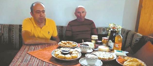 Производител на сладко от с. Ягодина (вляво) и Димитър Кукунджиев (вдясно), които си съдействат да предлагат продуктите си на местно ниво. 50% от менюто в близкия хотел е изпълнено от техните продукти. Изображение: стопкадър от клип на Newbie в youtube, правен от деца от Гоце Делчев