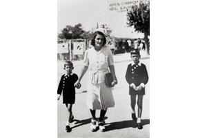 Кристо с майка си и по-големия си брат Анани СНИМКИ: БЪЛГАРСКИ КУЛТУРЕН ИНСТИТУТ В ПАРИЖ
