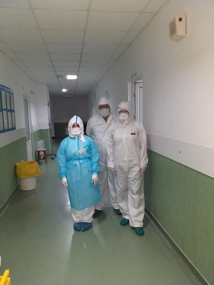 Медиците от инфекциозното отделение на УМБАЛ Бургас се грижат денонощно за пациентите с коронавирус. От вчера там се приемат само заразени с COVID-19.