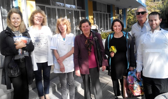 Елица, съпругът й Адам и американските й родители Джанис и Гари с д-р Таня Стойкова (третата от ляво на дясно) и медицинската сестра Росица Гърдева (с шала), които са се грижили за момиченцето в сиропиталището в Силистра преди 30 г.