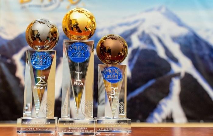 Това са специалните купи, които ще получат победителите в двата гигантски слалома за световната купа в Банско.  СНИМКА: БФ СКИ