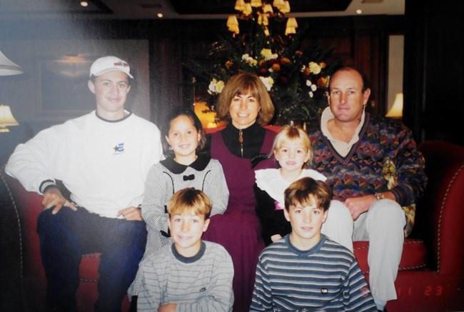 Eлица (втората от ляво на дясно на горния ред) с американските си родители Джанис и Гари, сестра си и тримата си братя.