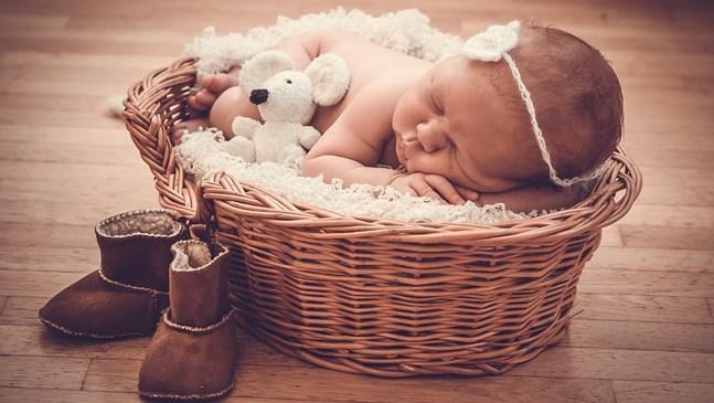 Бебето поглъща въздух по време на кърмене. Какво да правя?