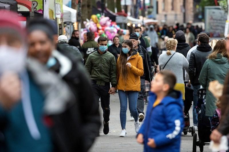 Улиците на Лондон са пълни въпреки опасността от заразата. Хиляди протестираха там в събота срещу затягането на мерките.