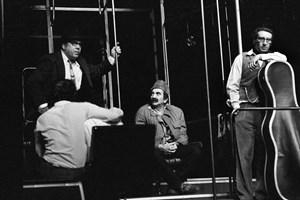 """Сцена от пиесата """"Рейс"""" на Стратиев. Вдясно е Славчо Пеев в ролята на Виртуоз. Седналият в средата е Георги Парцалев, правият - Георги Калоянчев, с гръб - Коста Карагеоргиев.  СНИМКИ: ИВАН ГРИГОРОВ"""