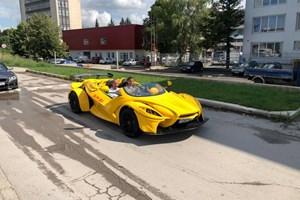 С шампиона Константин Маршавелов по време на първия тестдрайвна Син С1 електрик, една от първите електрически състезателни коли на русенеца.  СНИМКИ: ЛИЧЕН АРХИВ ...
