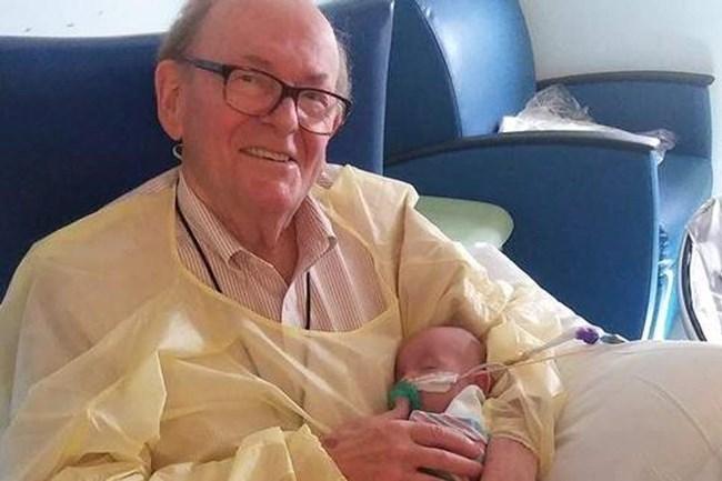 """82-годишният Дейвид Дючман от години работи безвъзмездно като """"бебешки приятел"""""""