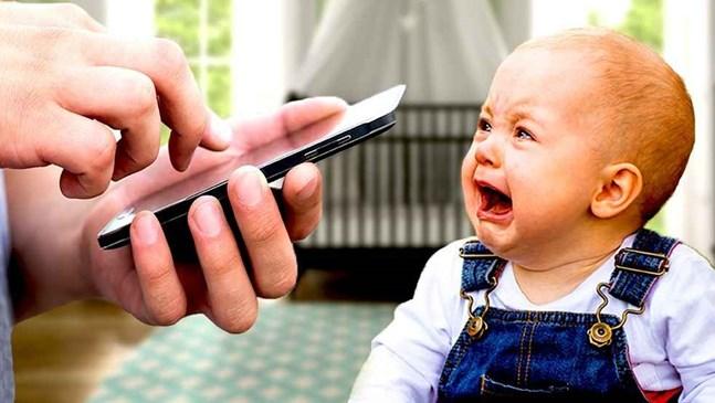 Спри да чатиш и обърни внимание на бебето си