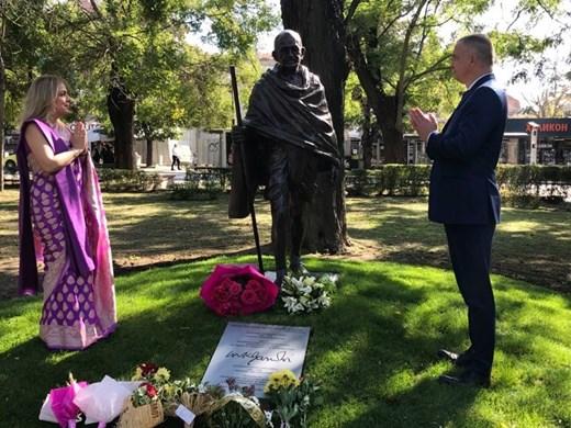 Откриха паметник на Ганди в градинката на Севастопол