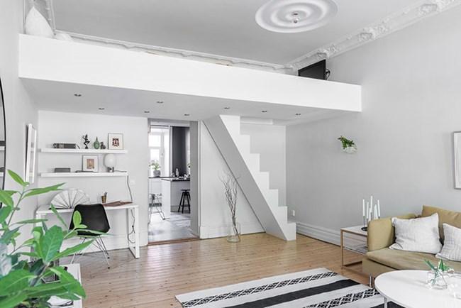 Спалнята е умело скрита под тавана в дневната
