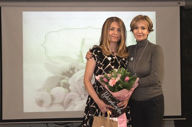 Гергана Паси връчва отличието на Люба Златкова – Буболинката