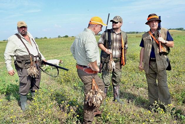 Ловците на 5 метра, докато стрелят, седнат ли да се веселят - с маски