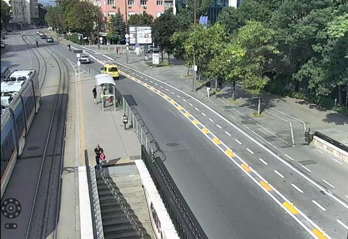 """Част от велоалеята на бул. """"Витоша"""" вече не е на тротоара и е отделена от пътното платно.  СНИМКА: СТОЛИЧНА ОБЩИНА"""