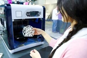 Най-популярните 3D принтери изработват елементи от пластмаса.