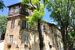 Къщата на Амалия Стефаниди от 1862 г., около която и до днес е запазен калдъръм отпреди Освобождението.