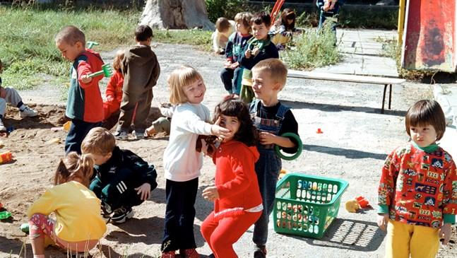 Кметове се втурнаха да чистят детските градини, отварят ги във вторник (Обзор)