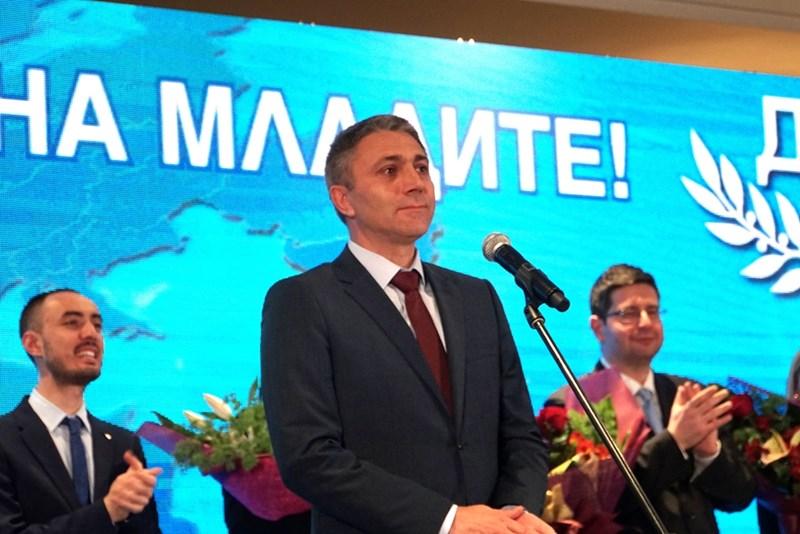 Лидерът Мустафа Карадайъ се просълзи малко преди да изнесе приветственото си слово пред симпатизантите на ДПС.
