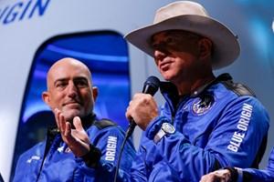 Американският милиардер Джеф Безос (с шапката) и брат му Марк след пътуването в Космоса.