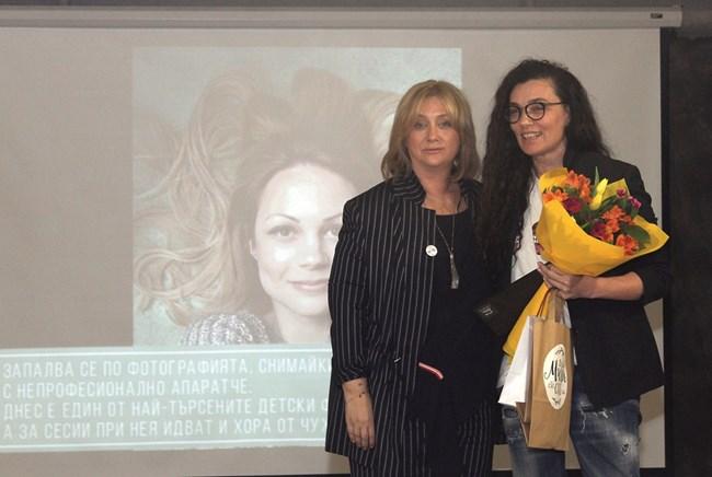 Венелина Гочева връчва плакета на вдъхновителката Биляна Савова