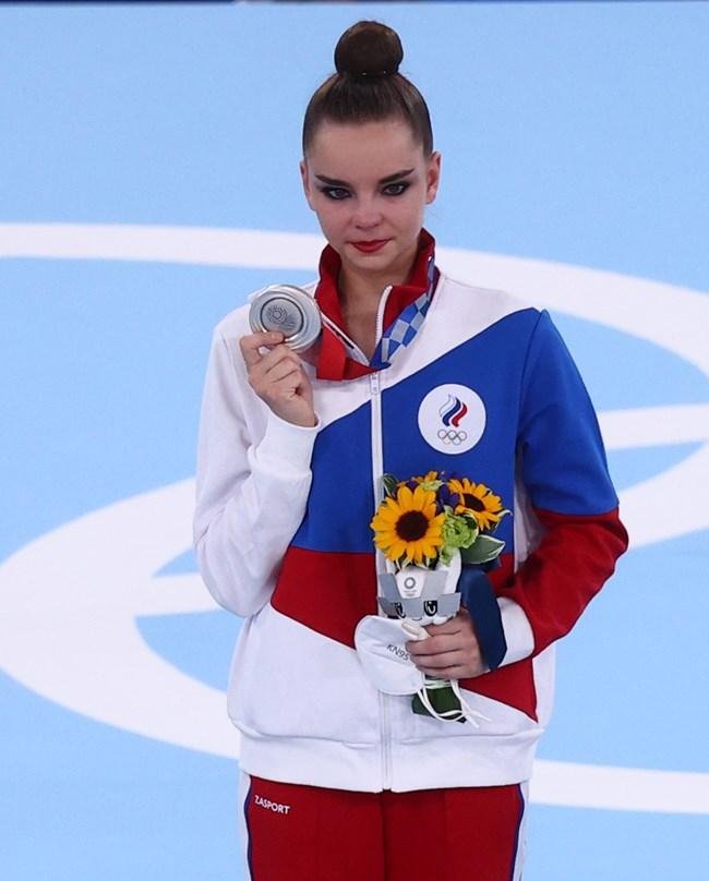 Дина Аверина завърши на второ място след Линой Ашрам от Израел. Сребърните медали от Токио бяха приети като исторически срам в Русия и братушките съвсем изоставиха добрите обноски