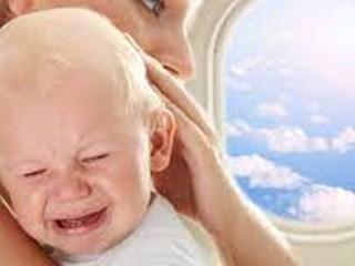Защо бебетата плачат в самолета