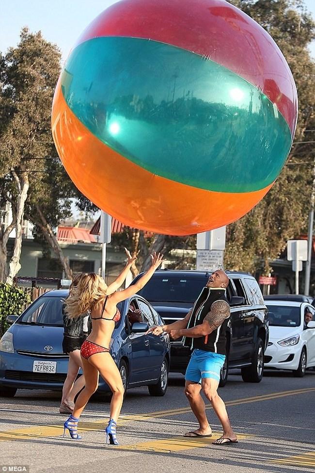 Саманта и Скалата си подмятат гигантската топка