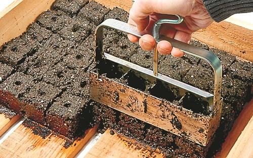 Уред за почвени блокчета за разсад