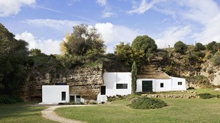 Селска къща в пещерата