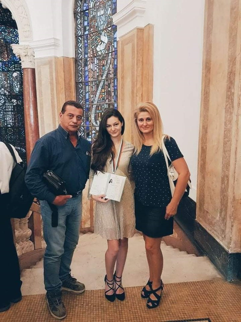 Доц. Марков заедно с дъщеря си Десислава и съпругата си.