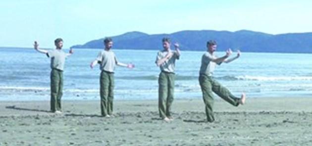 Инструкторът Владо Рашев изпълнява упражнение по чигонг на морския бряг (насложен образ).