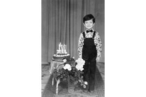 Рачков на 7-ия си рожден ден - официално облечен и с торта със свещички