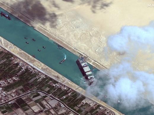Корабът заседнал в Суецкия канал през април,акостира на британския бряг с 4 месеца закъснение