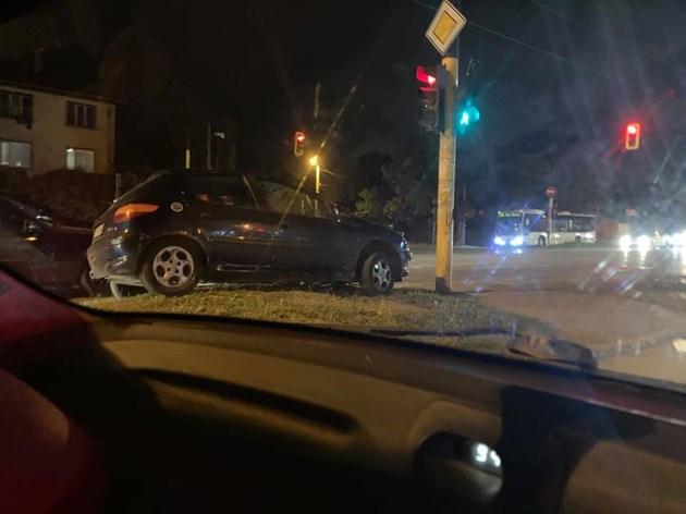 Шофьор паркира колата си на светофар