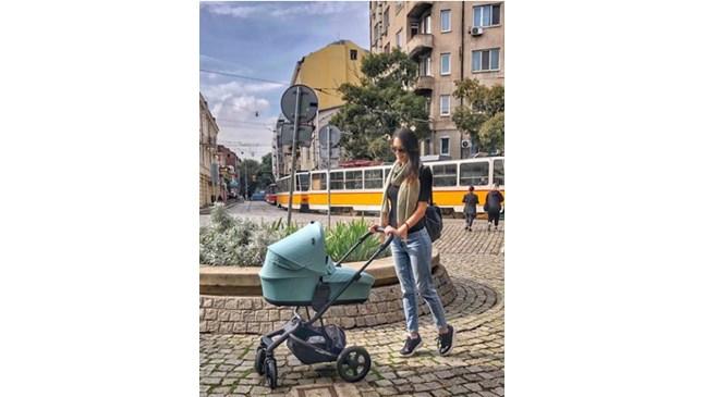 Луиза на разходка с бебето