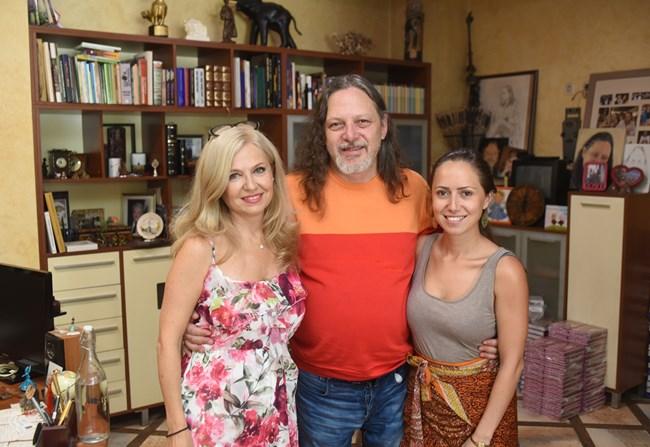 Семейство Алгафари  в непълен състав - Мадлен, Нидал и дъщеря им Александра, ден преди да заминат на почивка. С тях  ще пътува и синът им Николай.   СНИМКИ: ВЕЛИСЛАВ НИКОЛОВ