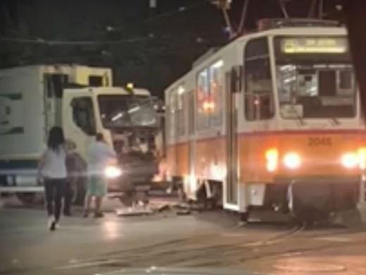 Камион за боклук и трамвай се удариха в столицата